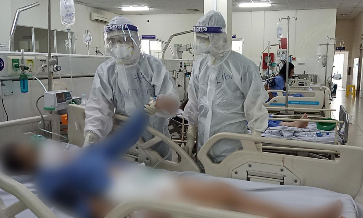 Điều trị bệnh nhân Covid-19 tại Bệnh viện Đa khoa Sa Đéc, Đồng Tháp, ngày 18/7. Ảnh do bác sĩ cung cấp.