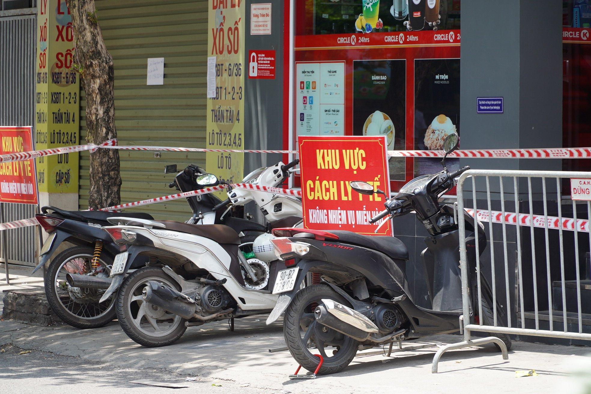 Cửa hàng tiện lợi ở đường Lĩnh Nam, Hoàng Mai, Hà Nội bị cách ly y tế, ngày 17/7. Ảnh: Văn Phong.