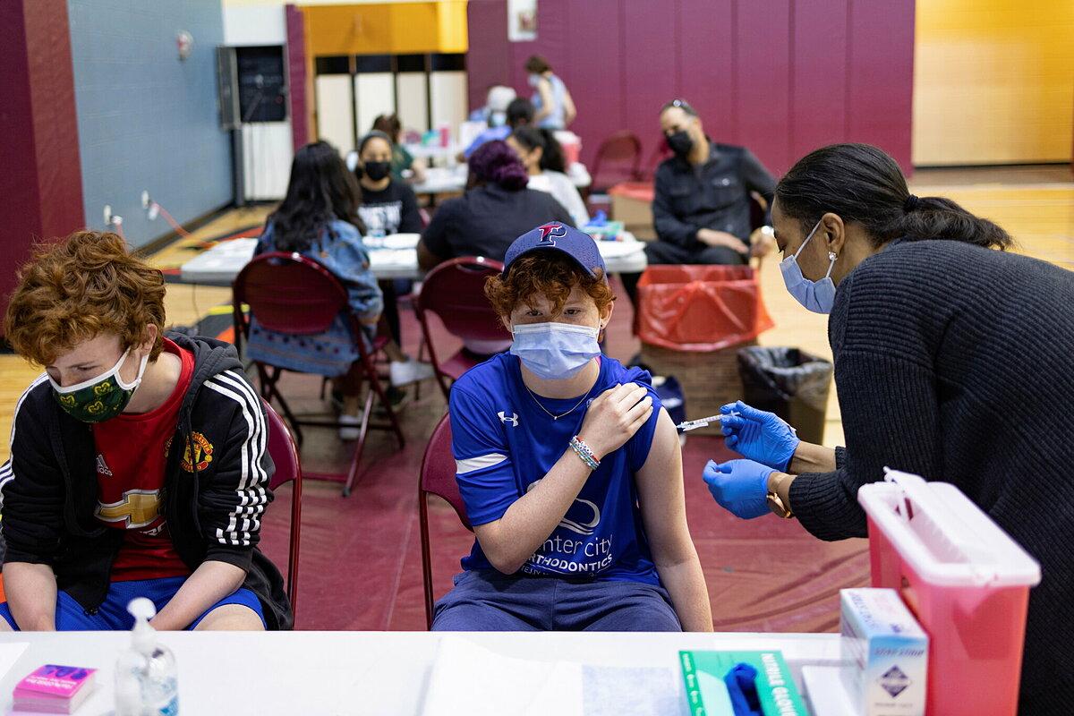 Thiếu niên ở Philadelphia được tiêm vaccine Covid-19, tháng 5/2021. Ảnh: Reuters