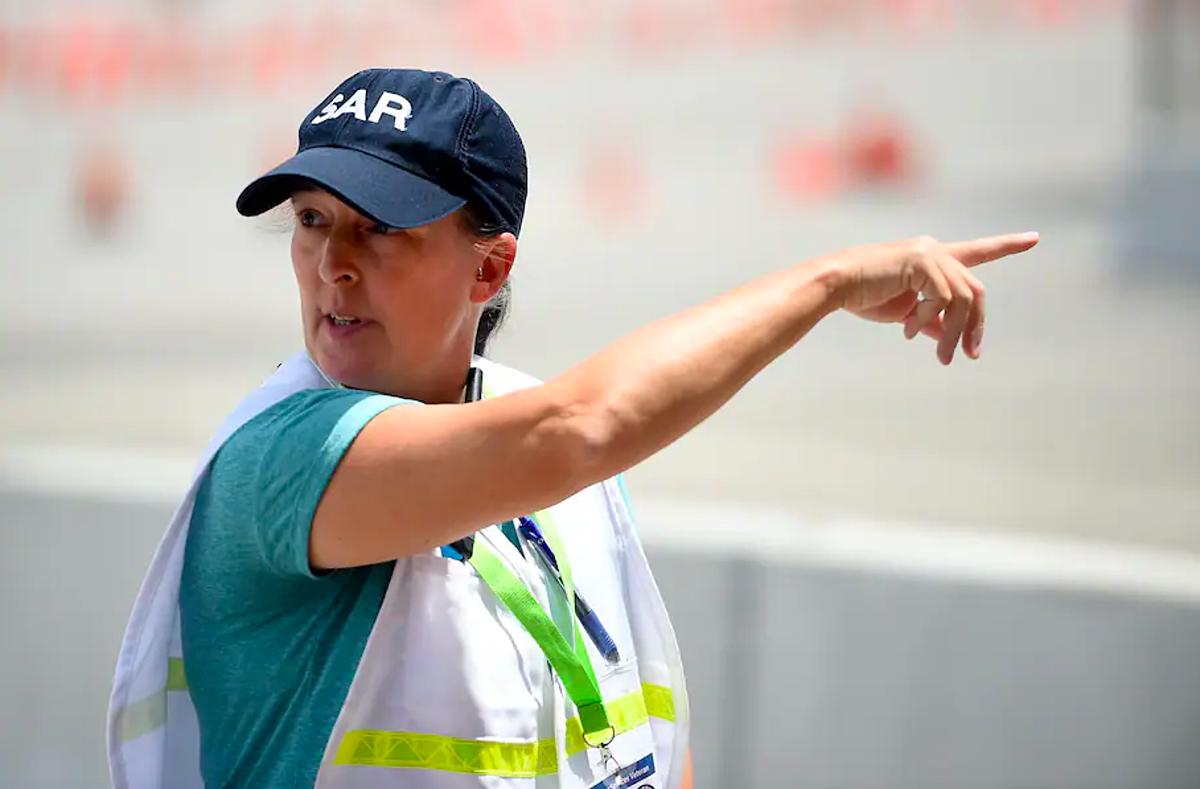 Ann Gerald, đội trưởng đội hậu cần, chỉ đạo các đồng nghiệp tại trung tâm tiêm chủng Six Flags. Ảnh: Washington Post
