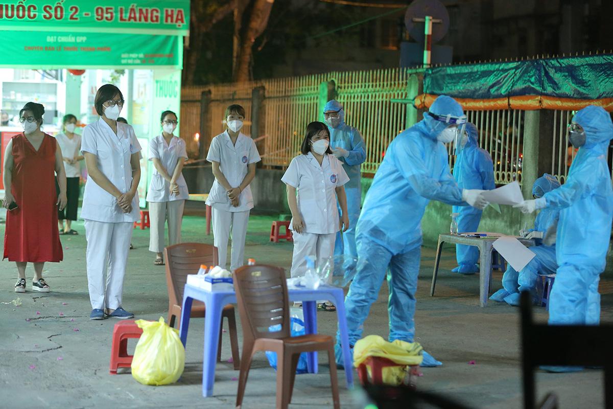 Nhân viên nhà thuốc Đức Tâm lấy mẫu xét nghiệm nCoV tối 19/7. Ảnh: Đặng Thủy.
