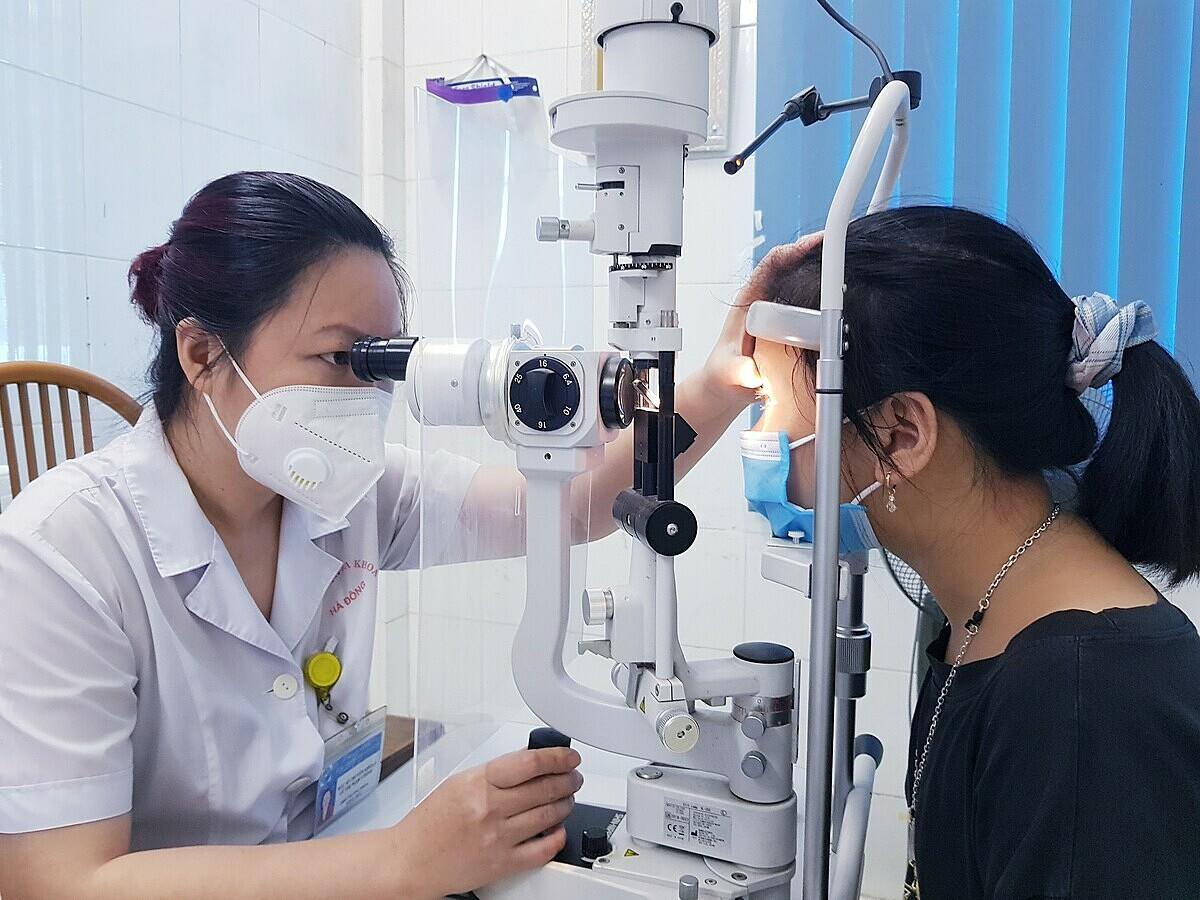Bác sĩ kiểm tra thị lực cho trẻ tại Bệnh viện Đa khoa Hà Đông. Ảnh: Bệnh viện cung cấp