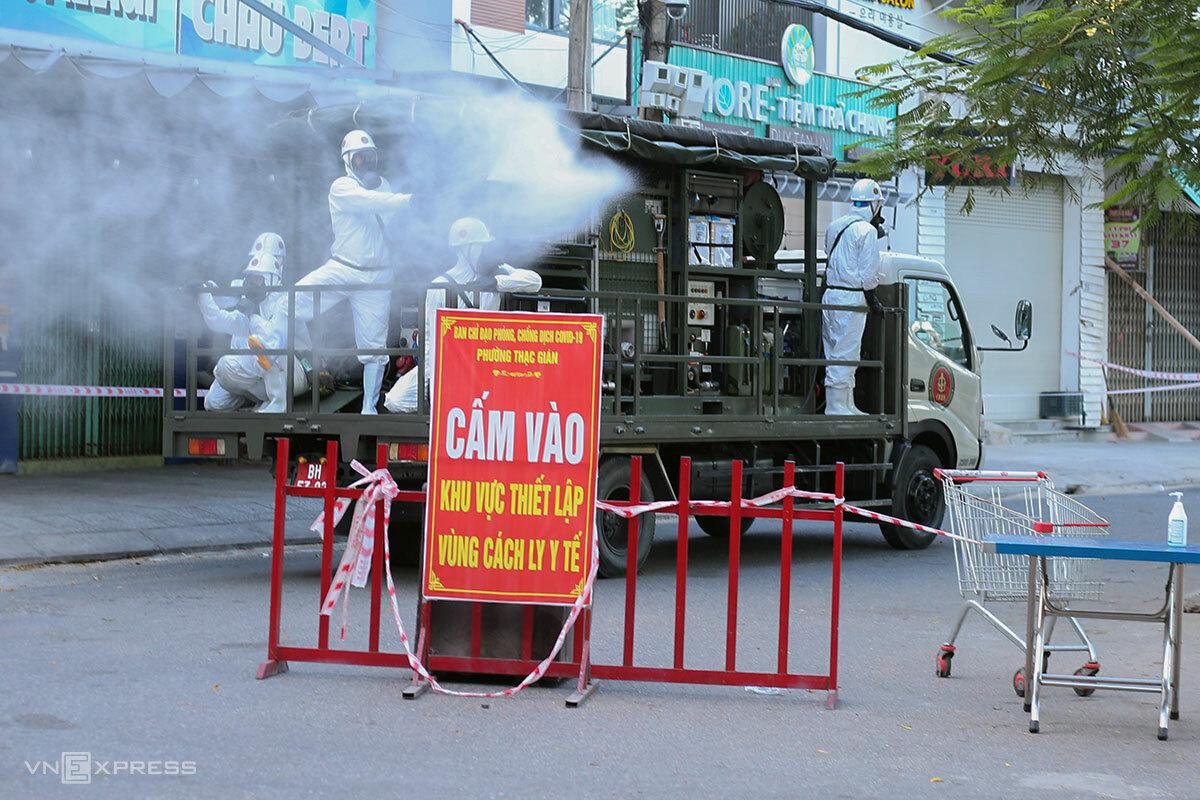 Lính phòng hóa phun khử khuẩn khu vực từ đường Phan Thanh bọc qua bờ hồ Hàm Nghi, chiều 16/7. Ảnh: Nguyễn Đông.