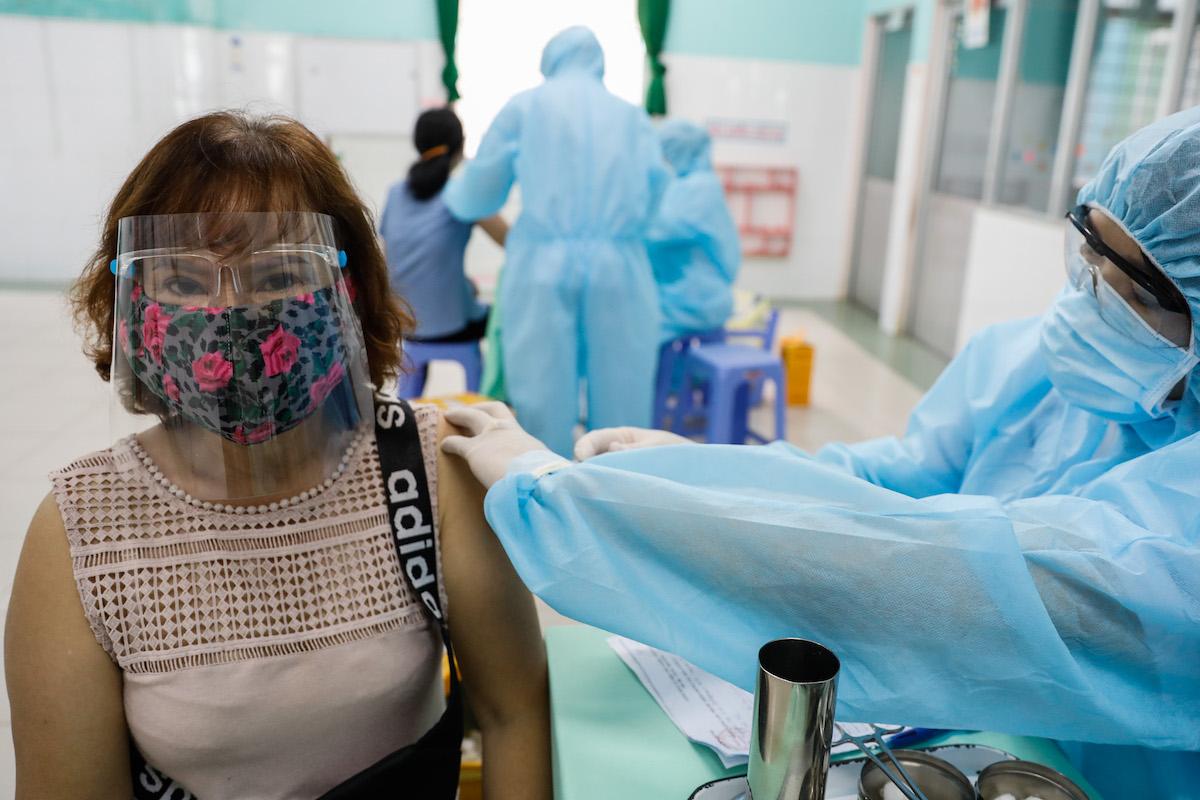 Nhân viên y tế tiêm vaccine Covid-19 cho một người dân ở TP HCM. Ảnh: Hữu Khoa