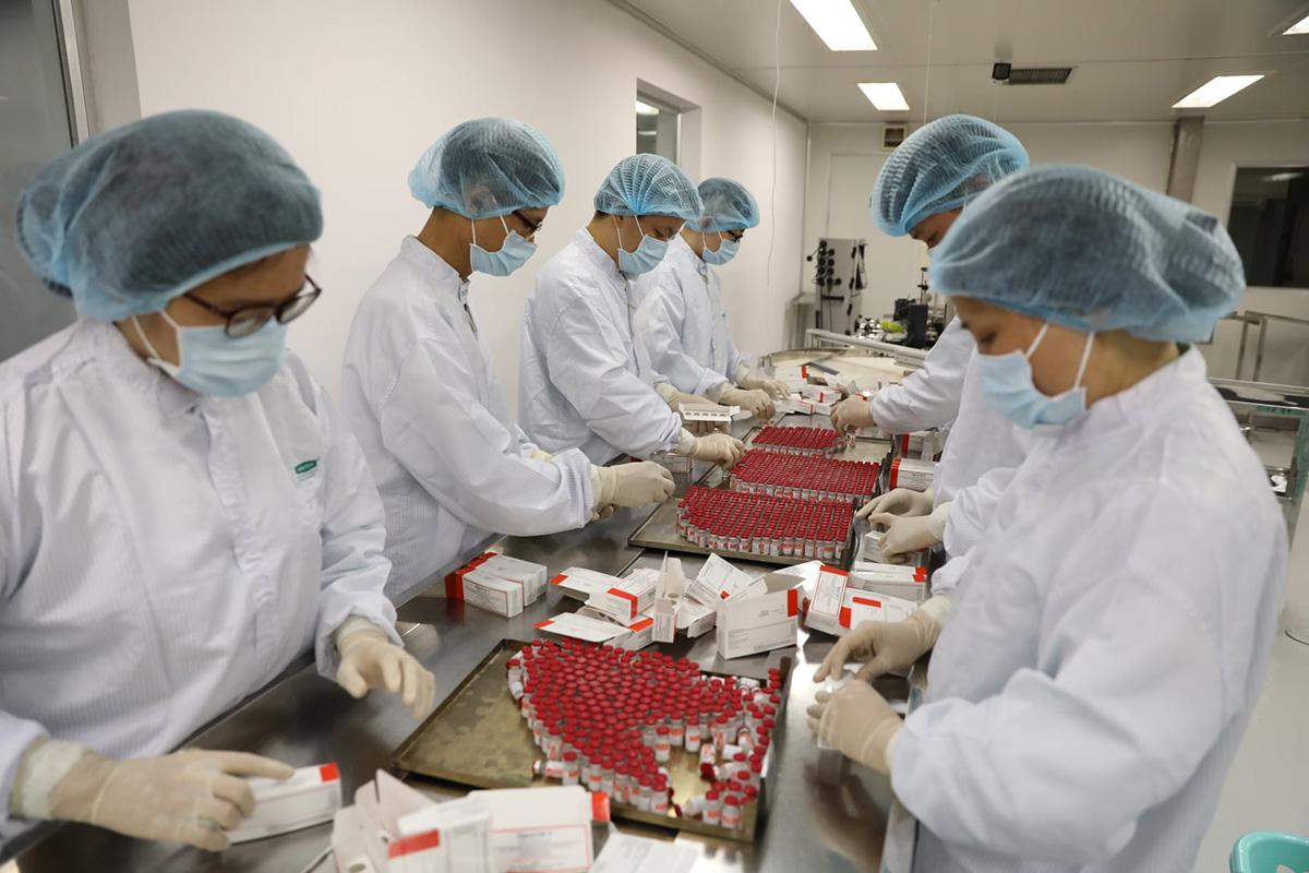Vaccine Sputnik V đang được kỹ thuật viên đóng gói tại Công ty Vabiotech. Ảnh do công ty cung cấp.