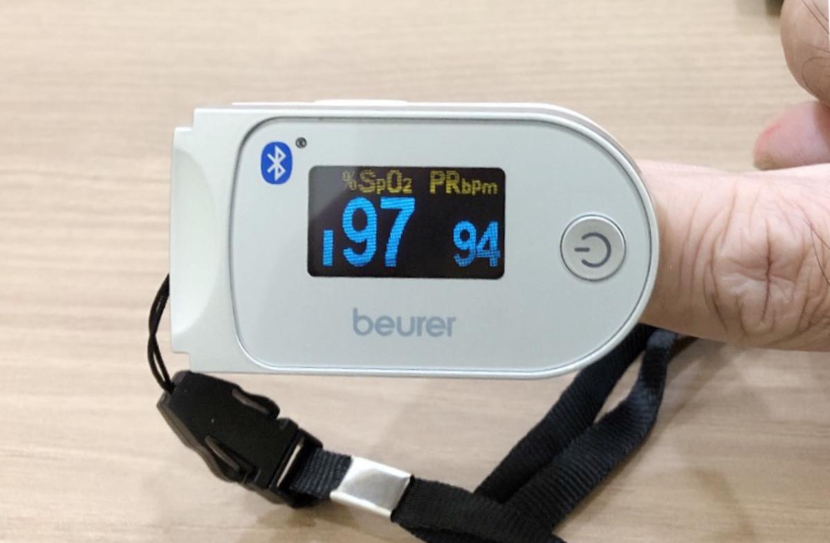 Máy đo SpO2 hiển thị nồng độ oxy trong máu là 97% (số màu xanh lớn) và mạch 94 lần/phút. Với chỉ số này, người bệnh hiện không thiếu oxy. Ảnh: Bác sĩ cung cấp.