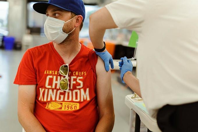 Một người đàn ông được tiêm vaccine Covid-19 tại thành phố Kansas, Mỹ, tháng 6/2021. Ảnh: NY Times