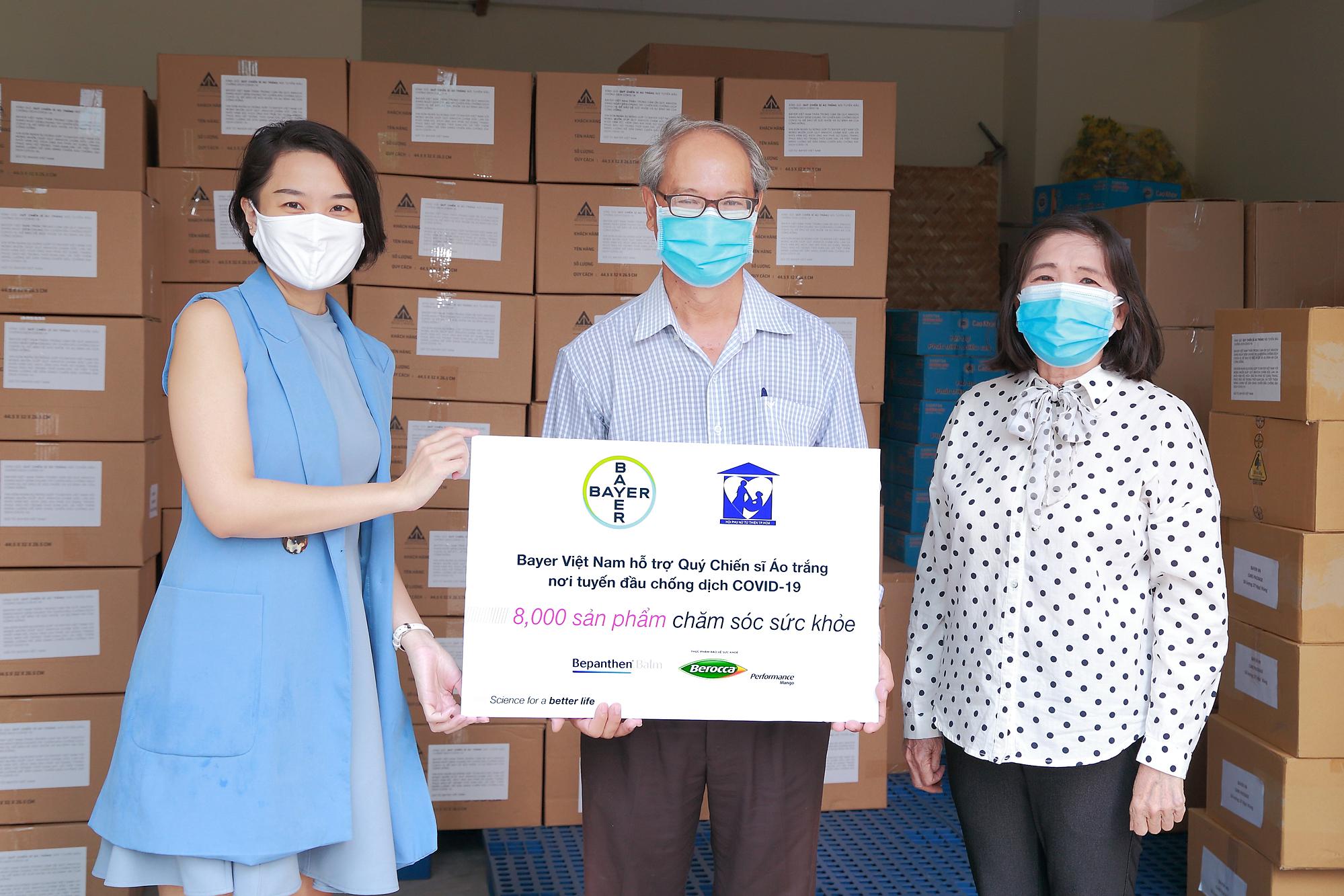 Đại diện Bayer Việt Nam (bên nào?) trao tặng biểu trưng 8.000 sản phẩm chăm sóc sức khỏe cho Trung tâm Kiểm soát Bệnh tật TP HCM.