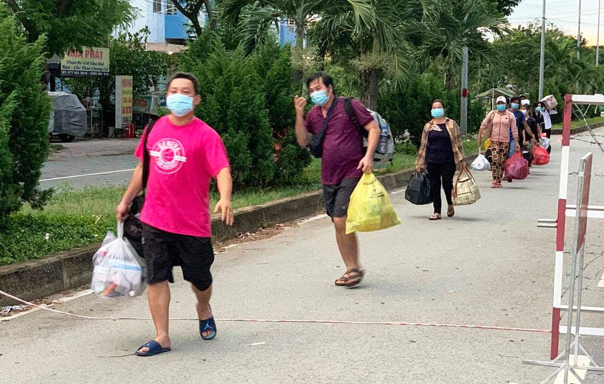 F0 thu dọn hành lý rời bệnh viện dã chiến số 4, chiều 21/7. Ảnh do bệnh viện cung cấp.