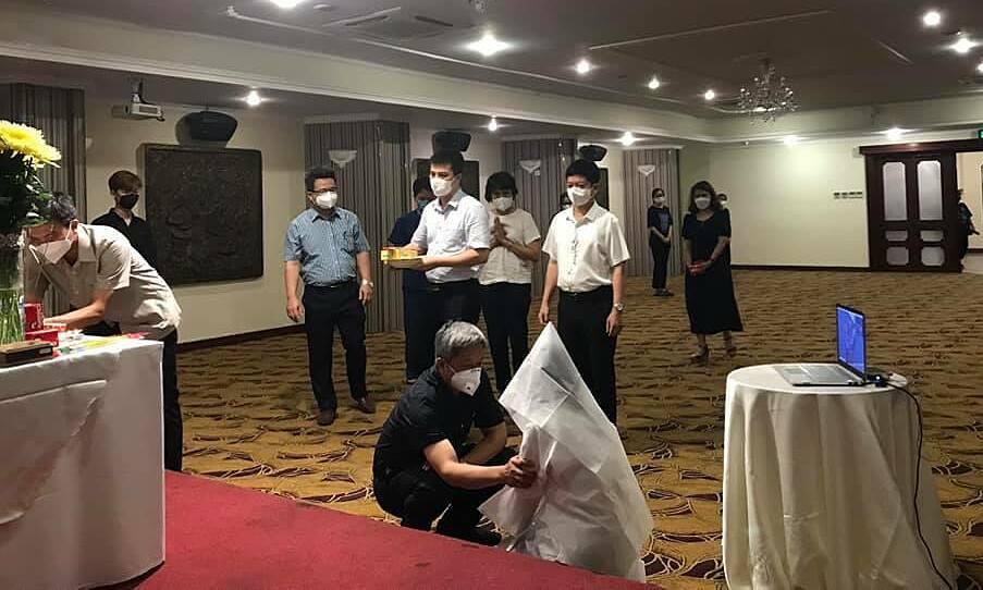 Thứ trưởng Nguyễn Trường Sơn động viên, chia sẻ với nữ sinh Dương Thị Anh. Ảnh: Bộ Y tế cung cấp.