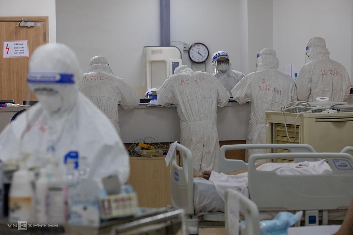 Nhân viên y tế điều trị cho các bệnh nhân nặng, nguy kịch tại Bệnh viện hồi sức Covid-19 - TP HCM (TP Thủ Đức), ngày 19/7. Bệnh viện với 1.000 giường, trước kia thuộc tầng 4, hiện thuộc tầng thứ 5 trong mô hình điều trị mới. Ảnh: Thành Nguyễn.