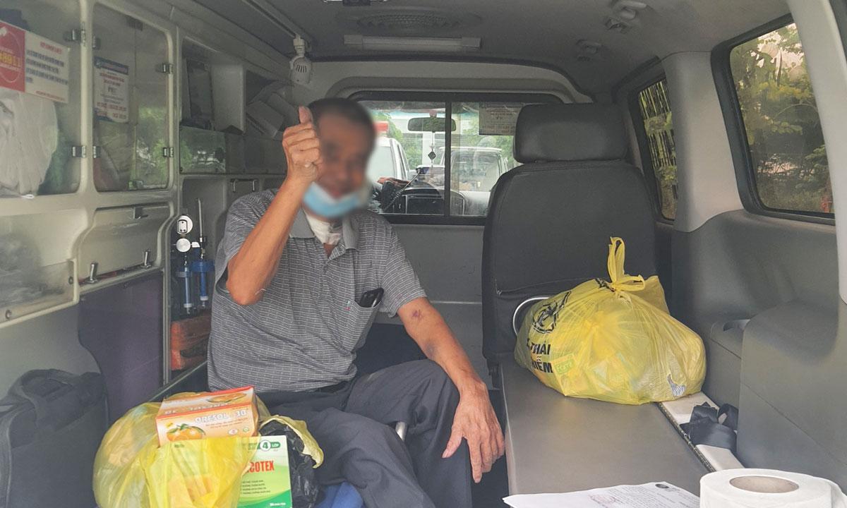Bệnh nhân 11018 chụp ảnh kỷ niệm trước khi về nhà ở Bắc Giang, chiều 22/7. Ảnh: Thanh Sơn.