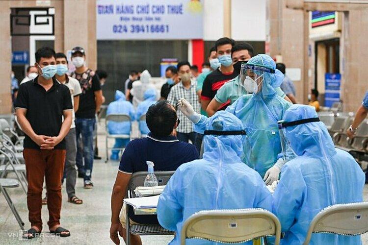 Trung tâm Y tế quận Đống Đa lấy mẫu xét nghiệm cho nhân viên ga Hà Nội, tối 17/7. Ảnh: Giang Huy.
