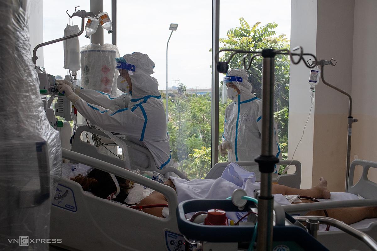 Nhân viên y tế điều trị các bệnh nhân nặng, nguy kịch tại Bệnh viện hồi sức Covid-19 - TP HCM (TP Thủ Đức), ngày 19/7. Bệnh viện 1.000 giường, trước kia thuộc tầng 4, hiện thuộc tầng thứ 5 trong mô hình điều trị mới. Ảnh: Thành Nguyễn.