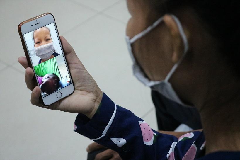 Một tháng điều trị tại Hà Nội, chị Ngọc chỉ được ngắm cô con gái qua điện thoại. Ảnh: Thế Anh.