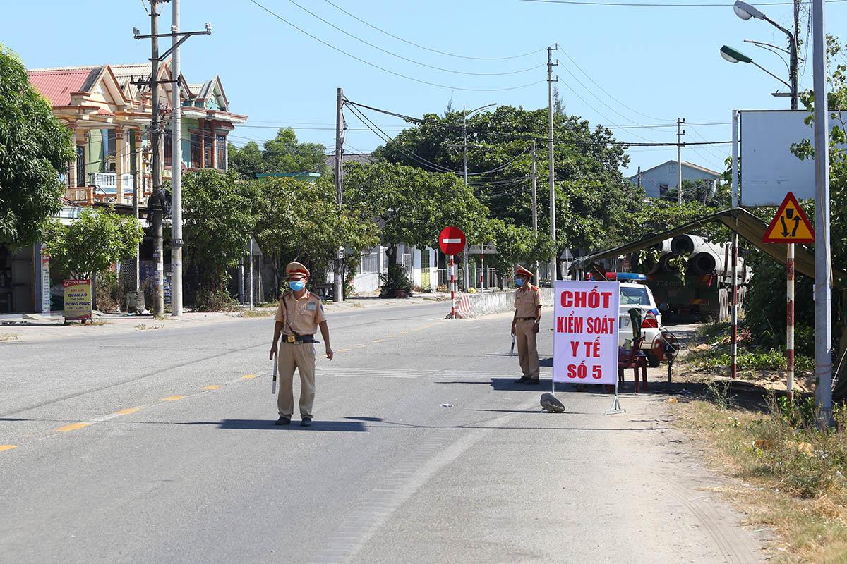 Chốt kiểm soát y tế số 5 ở thị trấn Lăng Cô. Ảnh: Võ Thạnh