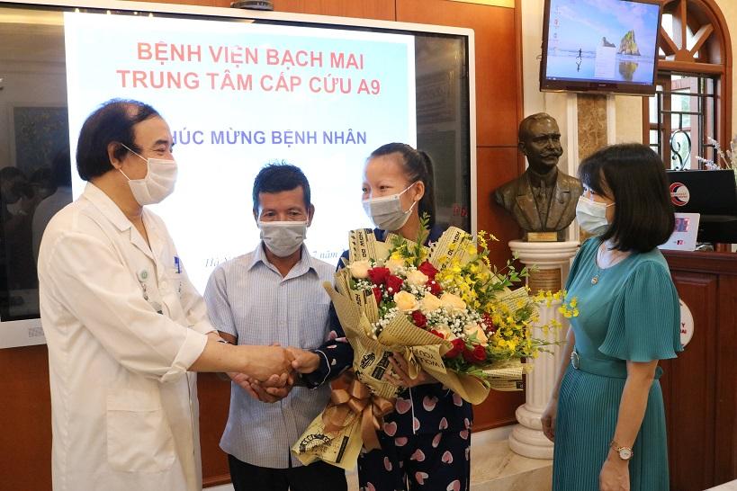 Bác sĩ Nguyễn Văn Chi chúc mừng bệnh nhân Ngọc và gia đình khi được ra viện ngày 23/7. Ảnh: Thế Anh.