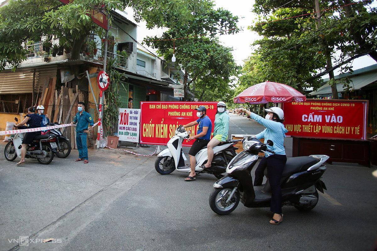 Nhiều tuyến phố, khu dân cư ở Đà Nẵng được phong toả do liên tiếp phát hiện các ca dương tính mới. Ảnh: Nguyễn Đông.