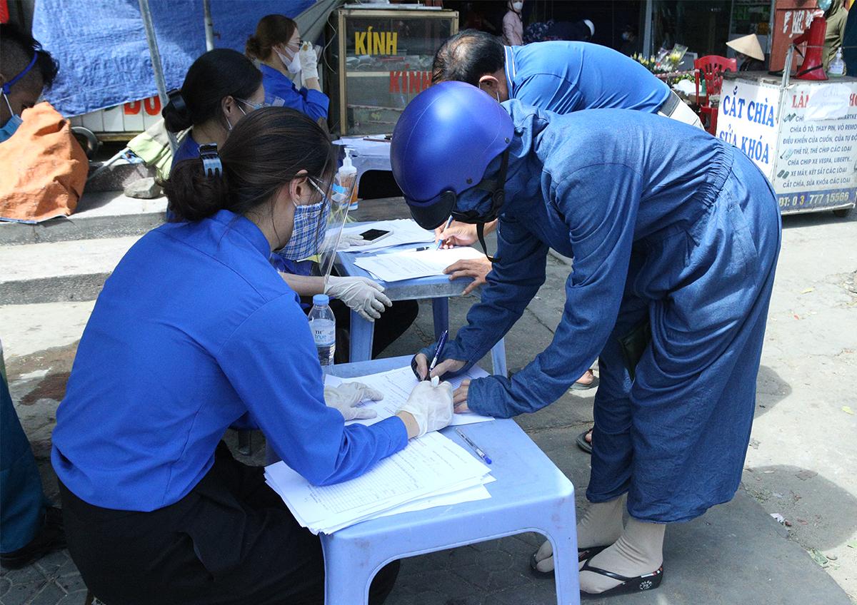 Người dân Nghệ An khai báo y tế trước khi vào chợ dân sinh. Ảnh: Nguyễn Hải