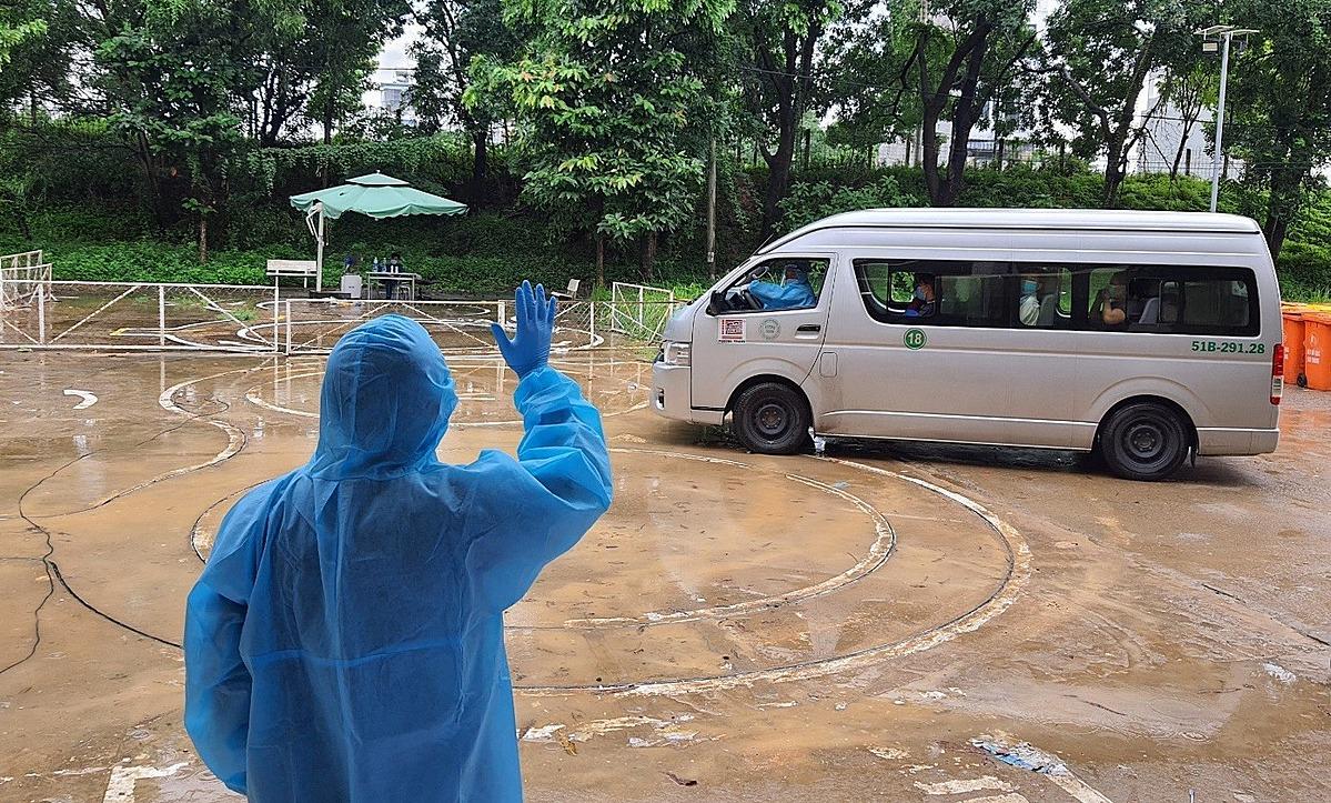 Bệnh nhân xuất viện tại Bệnh viện dã chiến số 1. Ảnh: Trung tâm Kiểm soát Bệnh tật TP HCM.