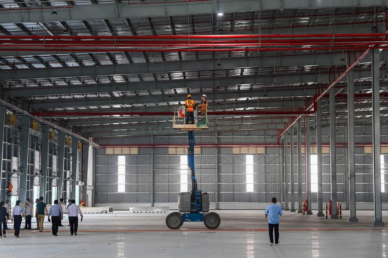 Công nhân đang làm việc, sớm đưa trang thiết bị vào lắp đặt trong nhà xưởng. Ảnh: Bộ Y tế cung cấp.