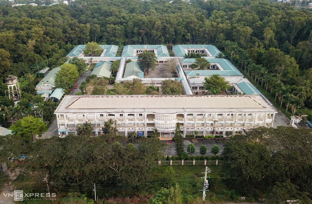 Toàn cảnh khu Bệnh viện Tâm thần cở sở Lê Minh Xuân, trong đó dãy nhà khu hành chính ở mặt tiền, phía sau là các khu điều trị. Ảnh: Quỳnh Trần.