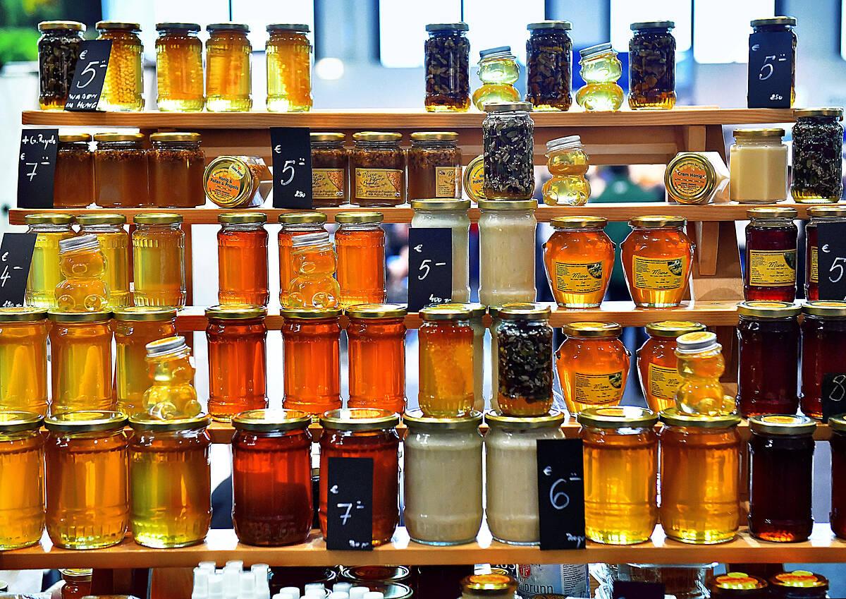Một cơ sở kinh doanh keo ong, mật ong tại Đức, tháng 1/2020. Ảnh: Reuters