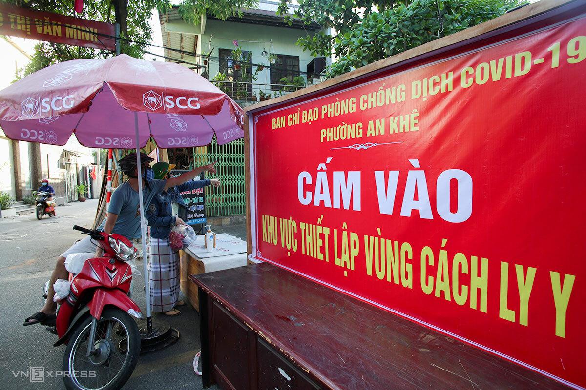 Người dân gửi nhu yếu phẩm vào bên trong một khu vực cách ly ở quận Thanh Khê. Ảnh: Nguyễn Đông.