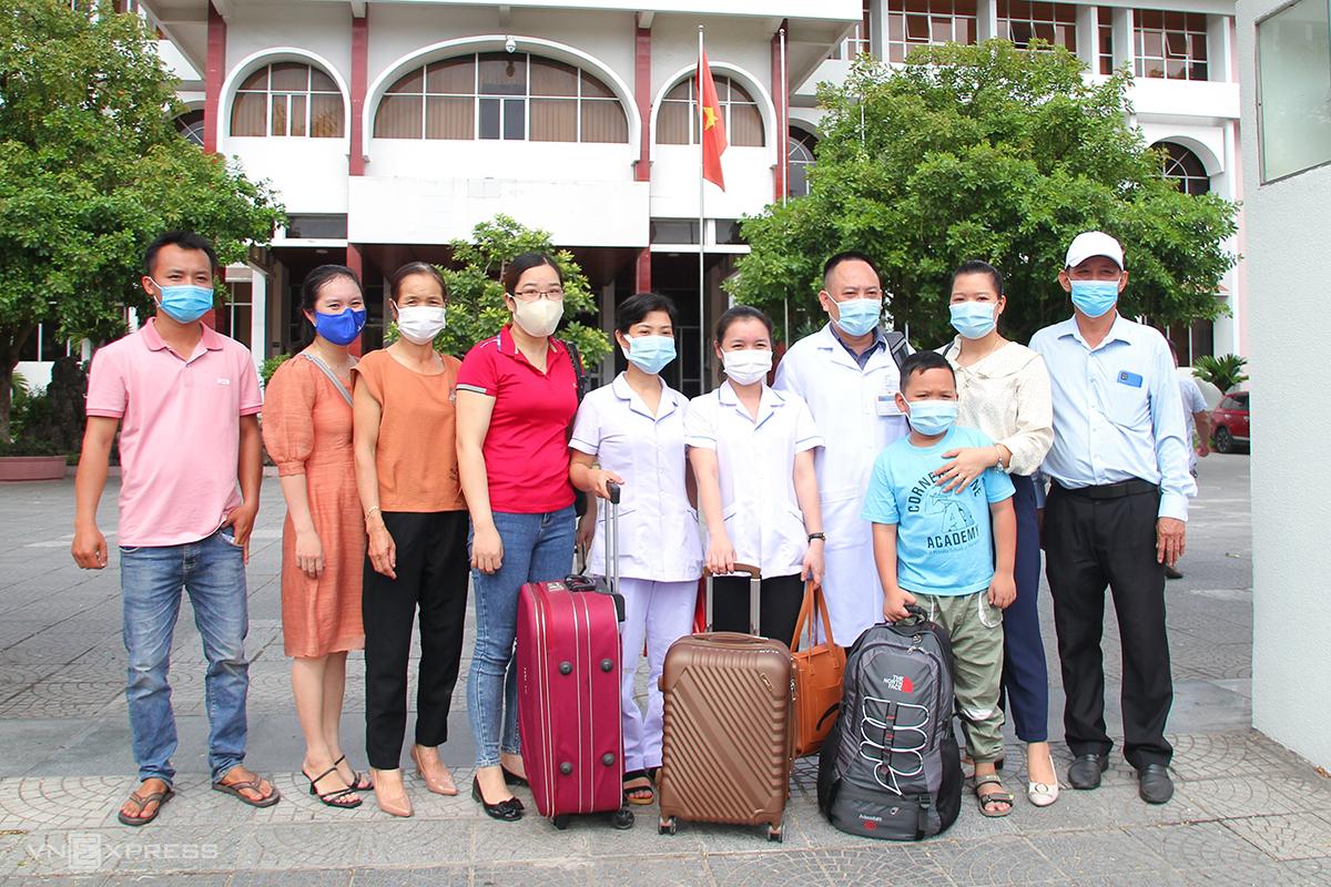 Đoàn y bác sĩ tỉnh Quảng Trị trước giờ xuất quân vào hỗ trợ Bình Dương chống dịch. Ảnh: Hoàng Táo