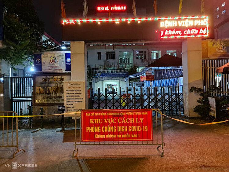 Barie cách ly dựng trước cổng Bệnh viện Phổi Hà Nội, tối 25/7. Ảnh:Tất Định