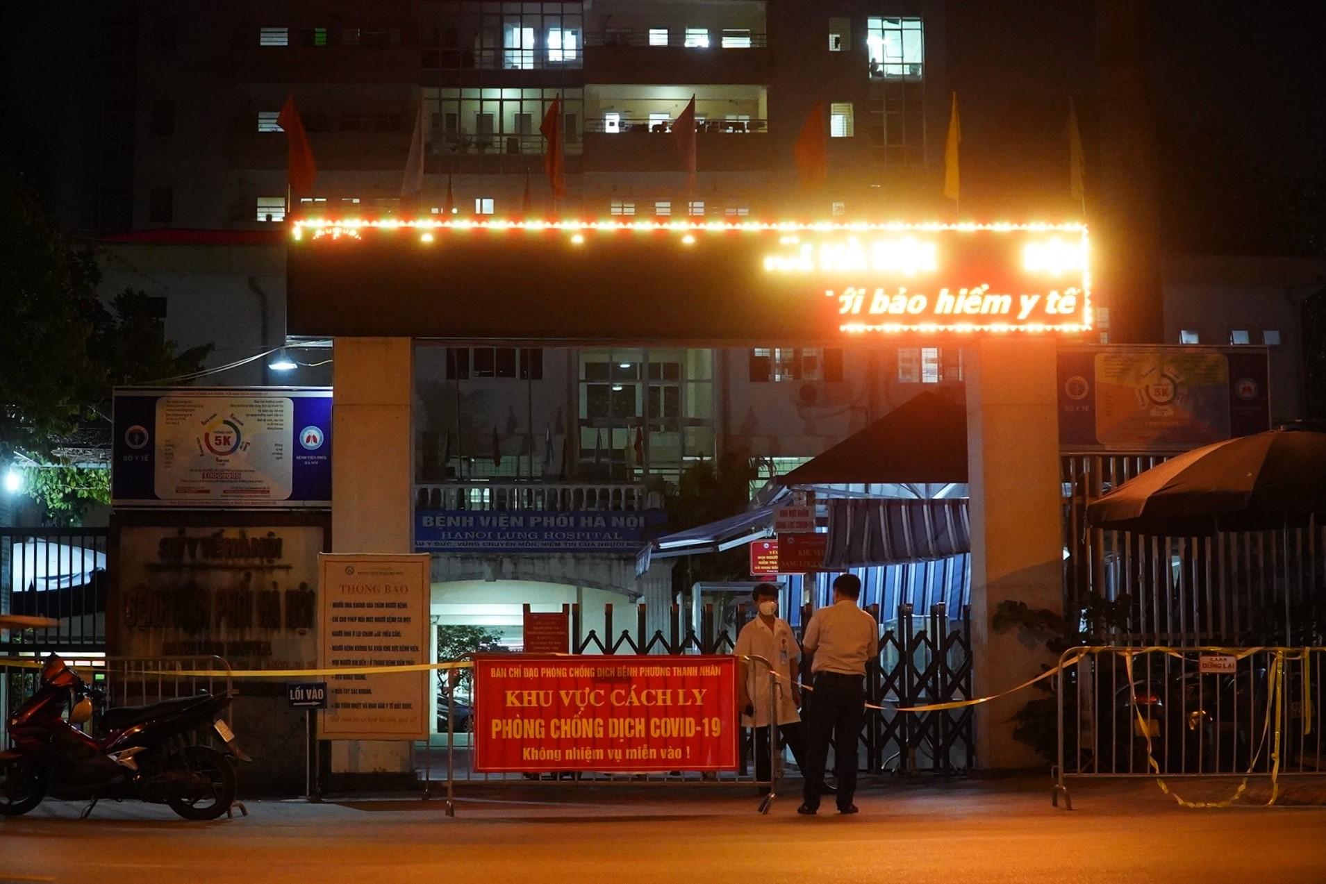 Bệnh viện Phổi Hà Nội bị phong tỏa đêm 25/7. Ảnh: Minh Nhân.