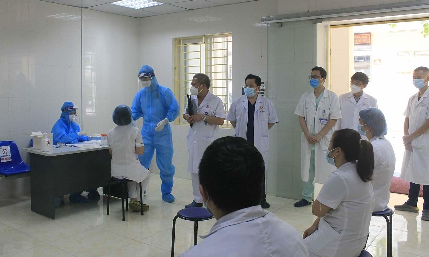 Y bác sĩ Bệnh viện E xét nghiệm nCoV trước khi lên đường chi viện. Ảnh: Thanh Xuân.