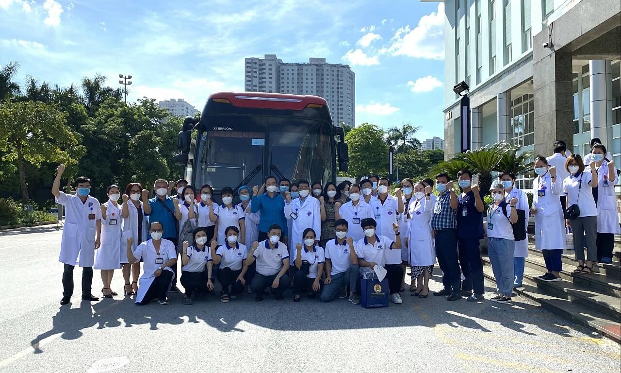 Y bác sĩ Bệnh viện K chi viện TP HCM chiều 27/7. Ảnh: Hà Trần.