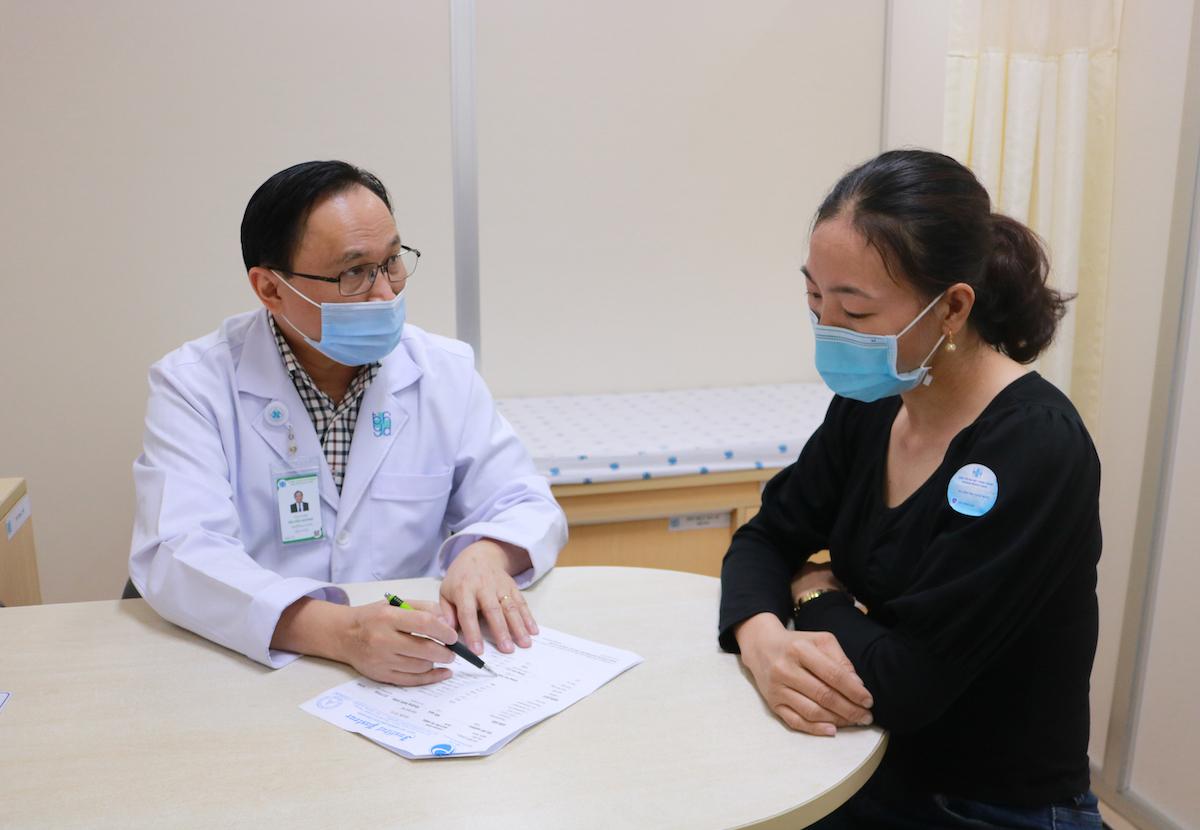 Phó giáo sư, Tiến sĩ, bác sĩ Bùi Hữu Hoàng tư vấn cho một bệnh nhân gan mạn tính. Ảnh: Bệnh viện Đại học Y dược TP HCM
