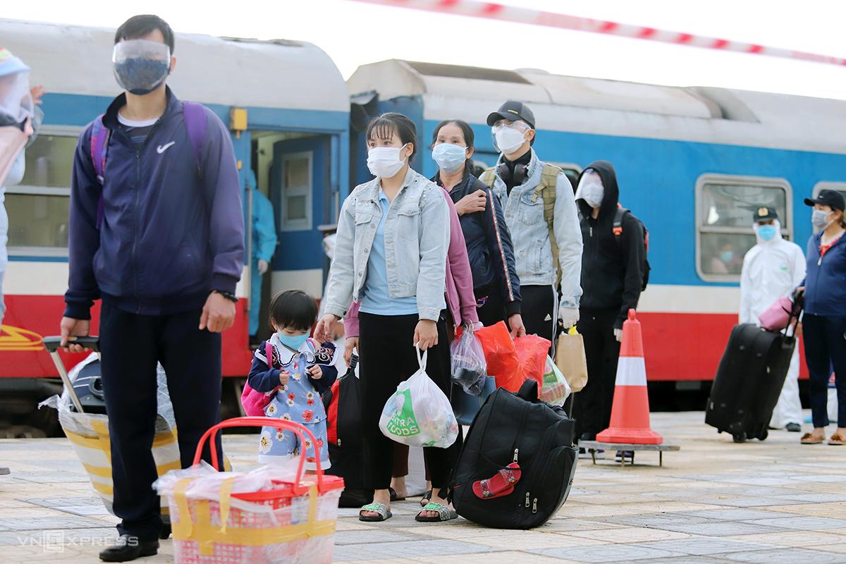 Người dân Hà Tĩnh về quê trên tàu chuyên biệt, xuống Ga Yên Trung, huyện Đức Thọ sáng 26/7. Ảnh: Đức Hùng