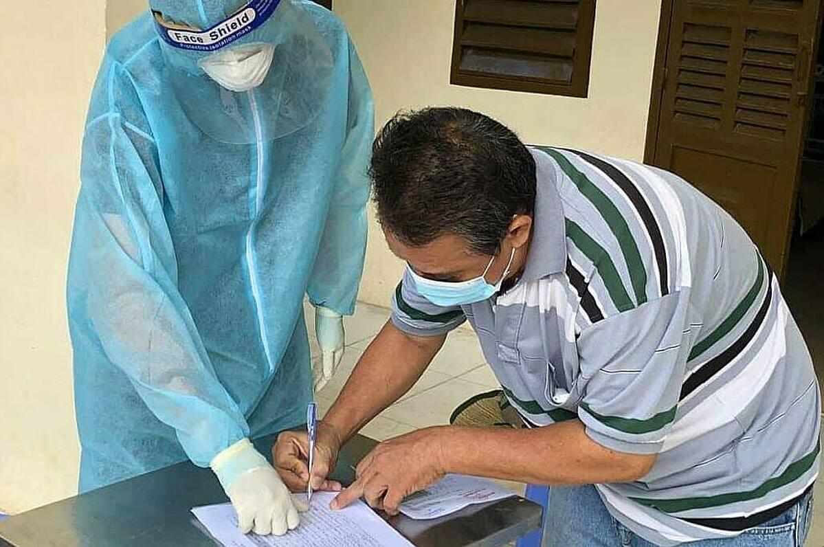 Một người ký thủ tục xuất viện tại Bệnh viện dã chiến số 1 TP HCM. Ảnh: Bộ Y tế.