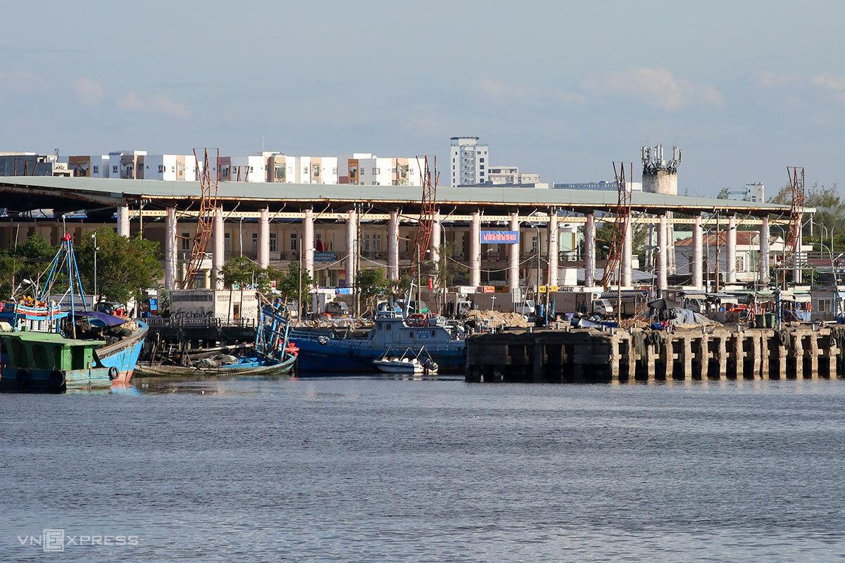 Cảng cá Thọ Quang, nơi ghi nhận 81 ca dương tính liên quan, đã được phong toả một tuần. Ảnh: Nguyễn Đông.