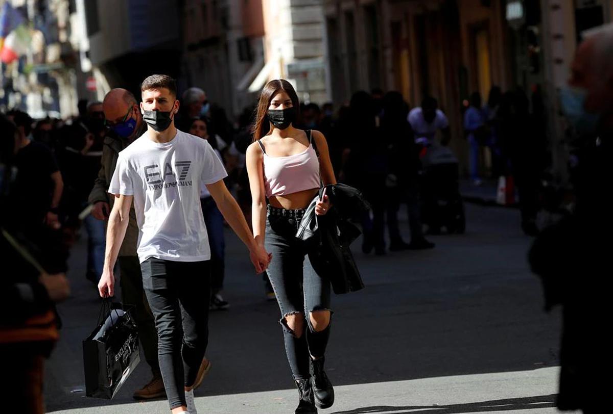 Người dân đeo khẩu trang, đi lại trên phố Via del Corso tại Rome, ngày 24/4. Ảnh: Reuters