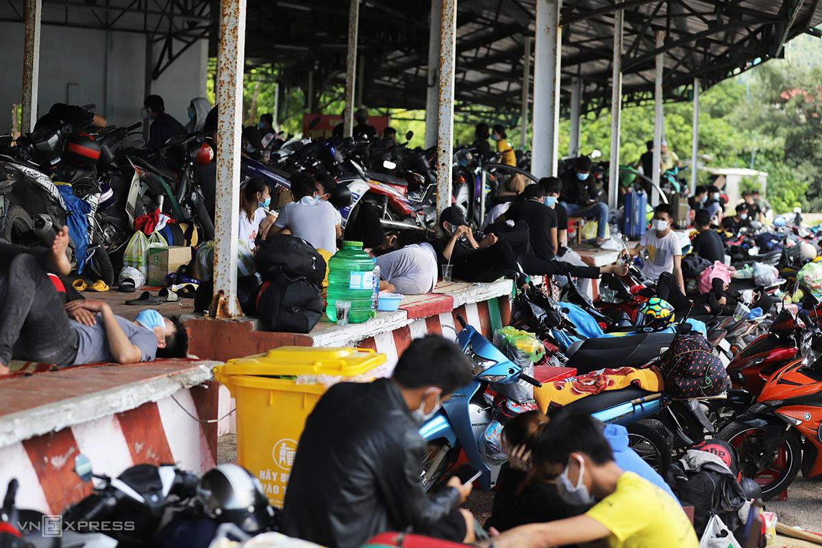 Người về từ TP HCM nằm vạ vật ở chốt kiểm soát thị trấn Lăng Cô. Ảnh: Võ Thạnh