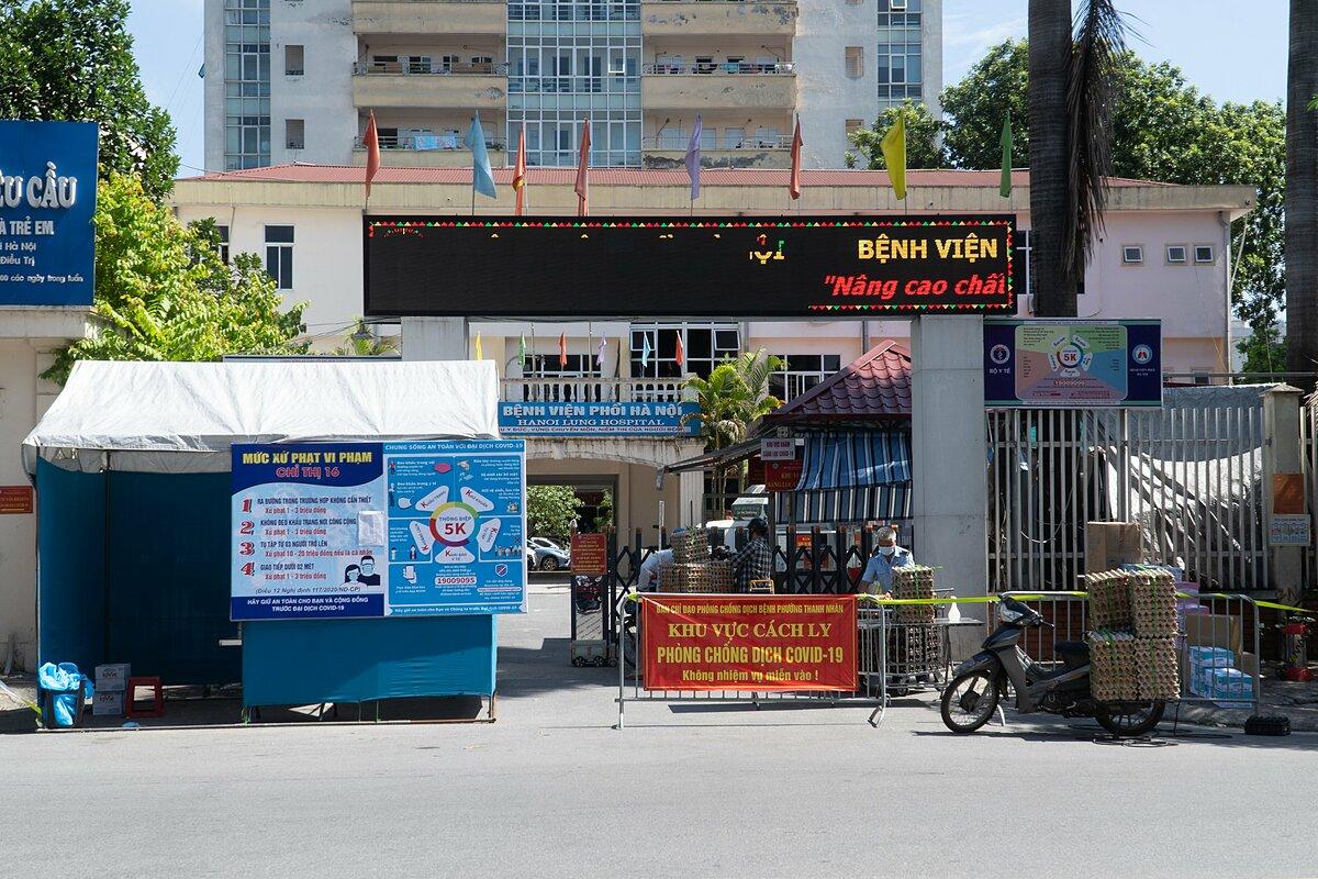 Bệnh viện Phổi Hà Nội bị cách ly y tế sáng 27/7. Ảnh: Minh Nhân.