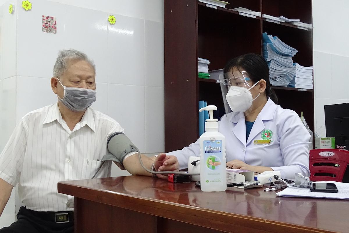Một cụ ông 81 tuổi được khám sàng lọc trước khi tiêm vaccine Covid-19 tại Bệnh viện Lê Văn Thịnh sáng 22/7. Ảnh: Hà An