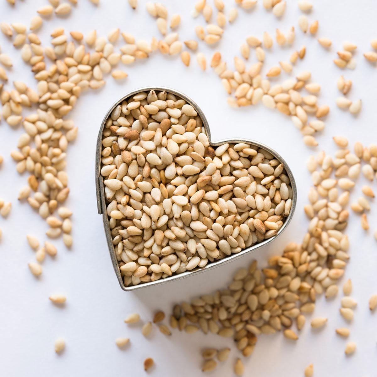 Hạt mè có chứa seasamin, protein, axit amin, axit béo... có lợi sức khỏe. Ảnh: Shutterstock.