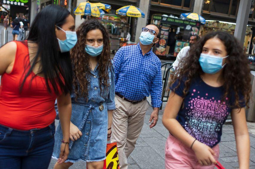 Người dân đeo khẩu trang đi lại trên Quảng trường Thời đại của New York, ngày 27/7. Ảnh: EPA