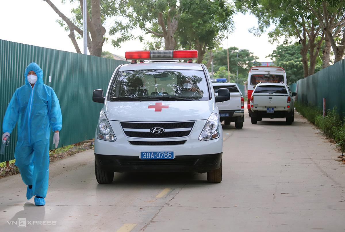 Xe cứu thương làm nhiệm vụ đón người từ phía Nam về Ga Yên Trung, huyện Đức Thọ, sáng 26/7. Ảnh: Đức Hùng