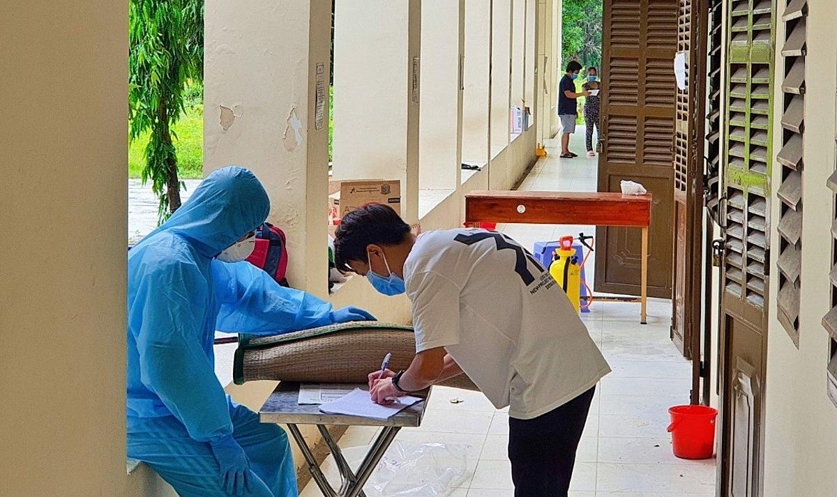 Bệnh nhân ký giấy ra viện tại bệnh viện dã chiến ở TP HCM. Ảnh: Trung tâm Kiểm soát Bệnh tật TP HCM.