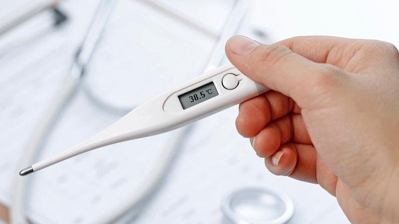 Khi sốt trên 38,5°C, người bệnh có thể dùng paracetamol liều 10-15 mg/kg/lần. Ảnh: