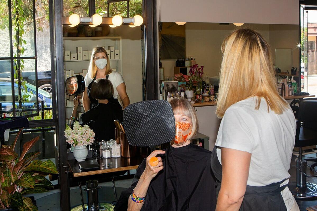 Tại một salon tóc ở Los Angeles, người đã tiêm chủng vẫn phải đeo khẩu trang, theo khuyến cáo của giới chức ngày 15/7. Ảnh: NY Times