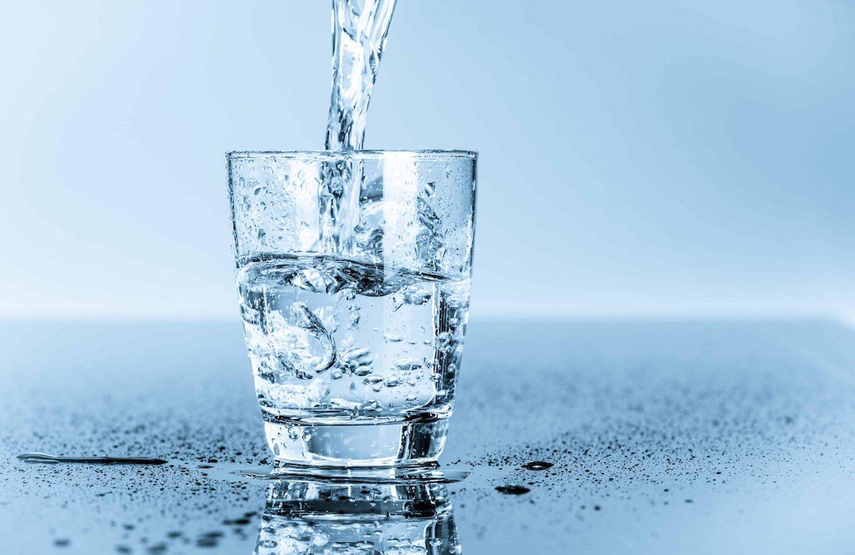 Uống đủ nước giúp cơ thể chống lại virus và hỗ trợ chức năng của hệ miễn dịch. Ảnh