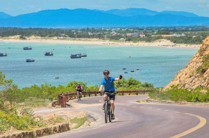Một vận động viên đạp xe bên bờ biển miền Trung Việt Nam.