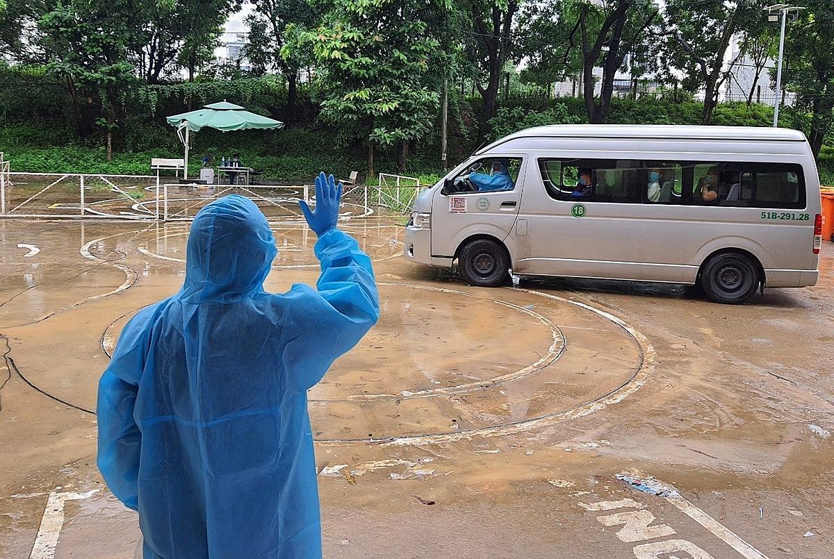 Bệnh nhân xuất viện tại bệnh viện dã chiến ở TP HCM. Ảnh: Trung tâm Kiểm soát Bệnh tật TP HCM.